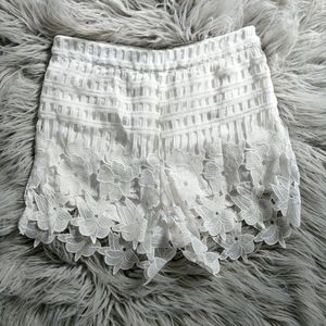 LOVE RICHE Floral Scalloped Lace Shorts White